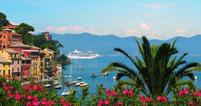 Bateau de croisière sur la mer à Portofino en Italie.