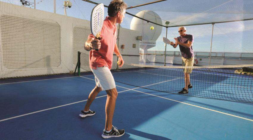 Deux joueurs de paddle tennis sur un navire de croisière.