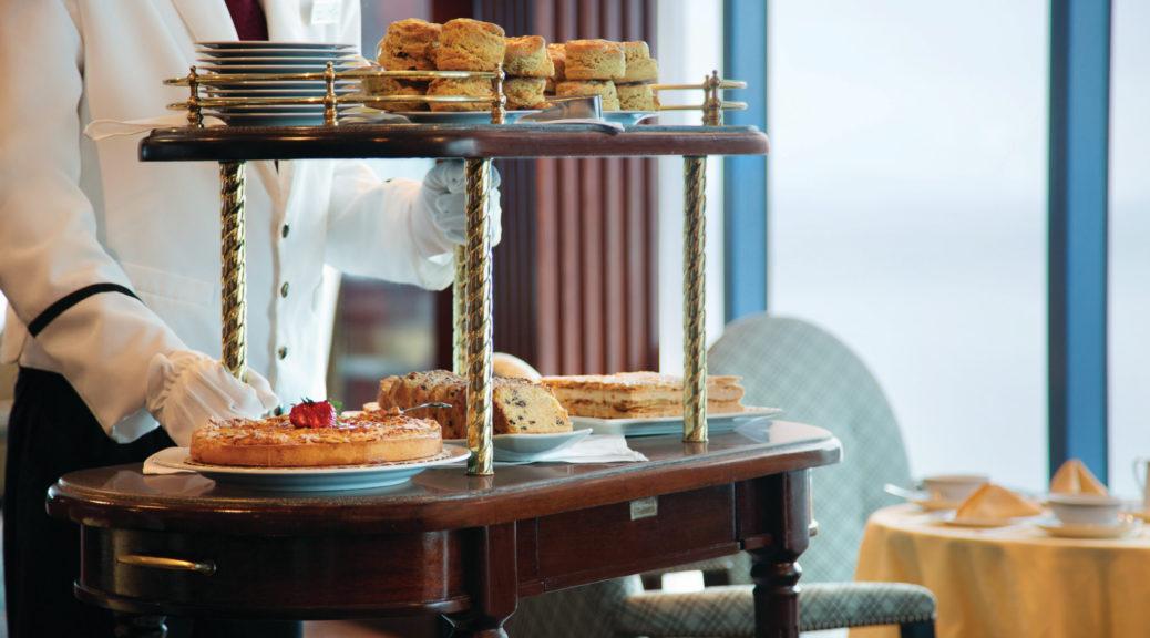 Chariot de pâtisseries sur un bateau de croisière.