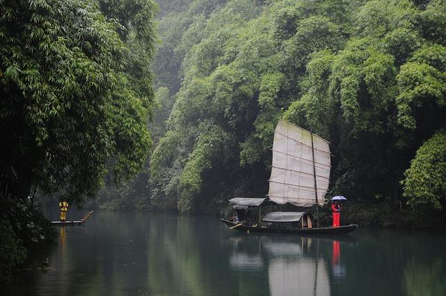 Photographie d'un fleuve en Chine pendant une croisière fluviale.