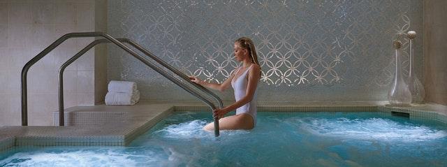 Femme dans un spa pendant un voyage en croisière.