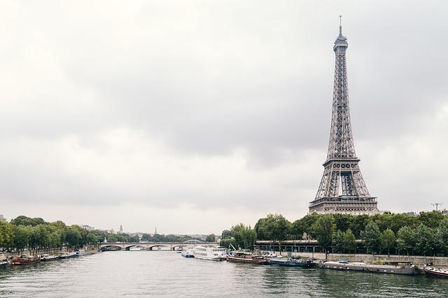 Vue sur la tour Eiffel depuis un bateau de croisière sur la Seine.