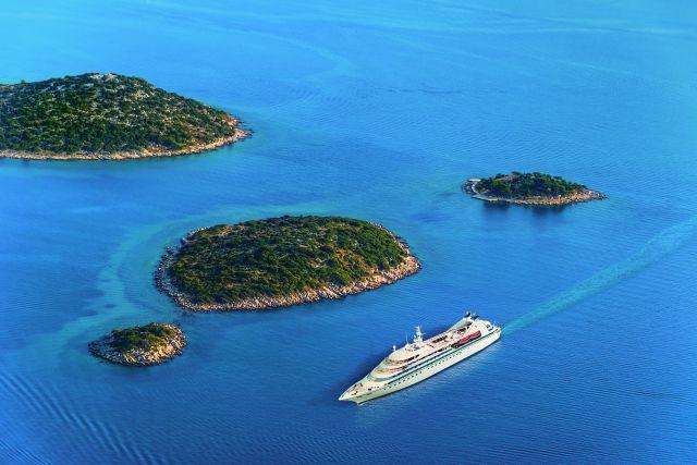 Bateau de croisière de la Windstar Cruises entre des îles en Croatie.