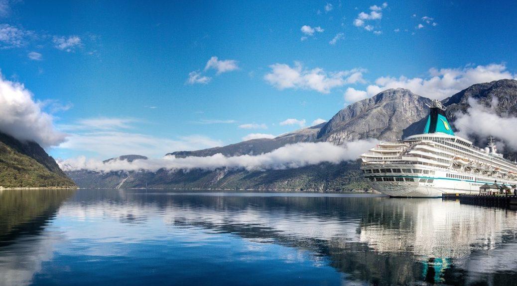 Cest un magnifique paysage des Fjord avec à droite de limage un bateau de croisière