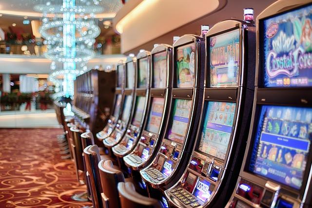Bandits-manchots dans un casino sur un navire de croisière.