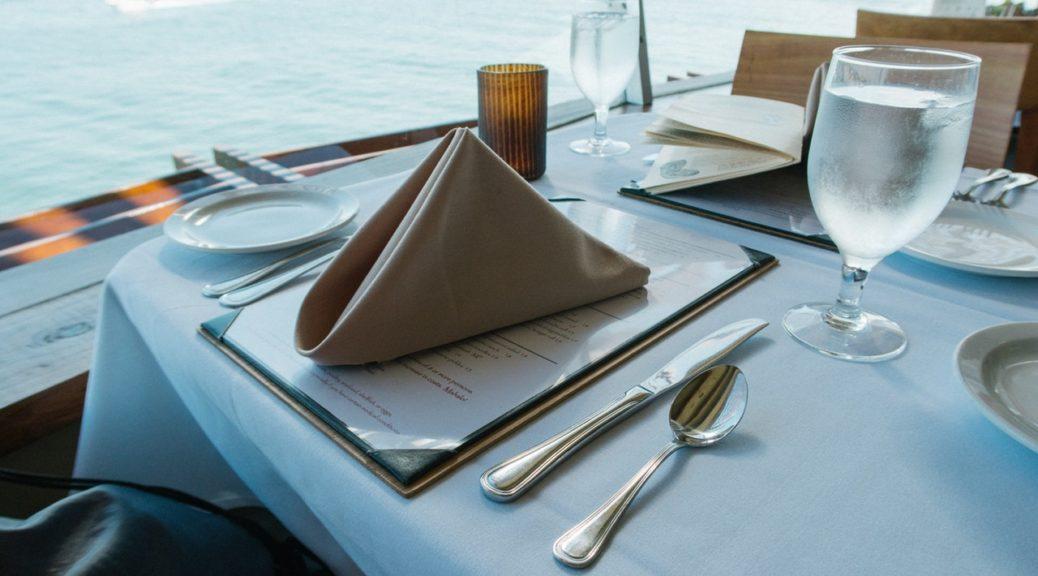 Table de restaurant sur un bateau de croisière.