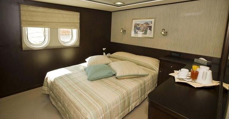 services bord de l 39 harmony v mega yacht promotion. Black Bedroom Furniture Sets. Home Design Ideas
